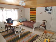 Yläkerran toinen makuuhuone jossa iso vaate- / tavaransäilytystila seinän toisella puolella