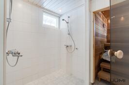 1. kerroksen kylpyhuoneessa kaksi suihkua