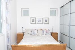 Päämakuuhuone alakerrassa/ Master bedroom i nedre våningen.