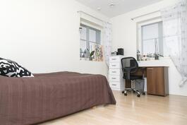 Yksi neljästä yläkerran makuuhuoneesta/ Ett av övre våningens fyra sovrum.
