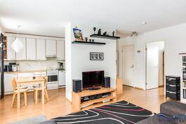 Olohuone, ruokailutila ja keittiö ovat yhteydessä toisiinsa