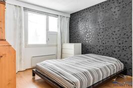 Isoin makuuhuone, jonka yhteydessä on myös vaatehuone