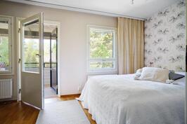 Makuuhuone 1, josta käynti omalle parvekkeelle