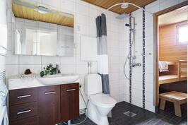 Tilava ja tyylikäs kylpyhuone