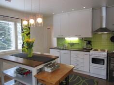Lisäkuvaa keskikerroksen näyttävästä keittiöstä, jossa mm. ..
