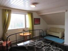 ... makuuhuone on saneerattu osin myös räystäälle saakka ja talossa on myös ...