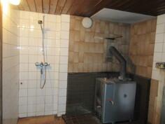 ... sauna- ja pesuhuonetilaa, jossa mm. suihku ja puulämmitteinen kiuas!
