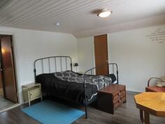 Lisäksi 2010-luvulla on myös remontoitu asialliseksi yläkerran isompi makuuhuone ja ...