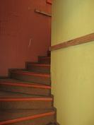 Yläkertaan vievä portaikko on retrokunnossa ja yläkerrassa on myös paljon ullakkotilaa!