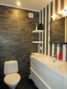 Keskikerrokseen saneerattu myös todella upeat wc-tilat kivi- ja laattapinnoin!