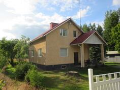 Talon pihapiirissä on myös autotalli- ja liiterirakennus sekä ...