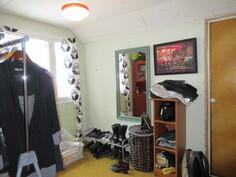 ... 3-kertaiset ikkunat ja kuvassa yläkerran retrokuntoinen pienempi makuuhuone!