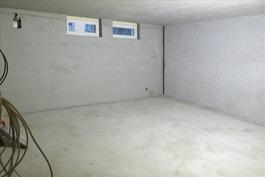 Kellarikerroksen monitoimitila 1/makuuhuone 1