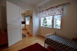 Makuuhuone, keittiön vieressä
