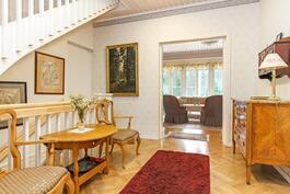 Pääsisäänkäynnistä avautuu valoisa eteinen josta on käynti yläkertaan, keittiöön sekä olohuoneeseen