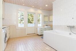 Yläkerran kylpyhuoneesta pääsee parvekkeellekin