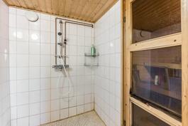 Kylpyhuone ja sauna kellarikerroksessa