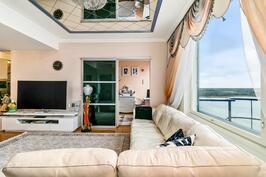 Olohuoneen sisustuselementtina on kattopeili joka heijastaa pientä luksusta