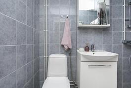 wv on kylpyhuoneen yhteydessä.