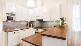 Upea korkeakiltoinen valkoinen keittiö
