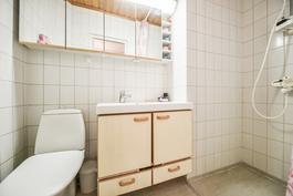 Yläkerran wc-kph / Övre våningens wc-badrum