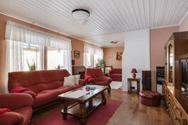 Olohuoneen jatkeena takkahuone/ Brasrum som fortsättning till vardagsrummet.