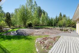 Pihassa kaunista kalliota näkyvissä, mutta myös nurmikkoa riittävästi lasten leikeille.
