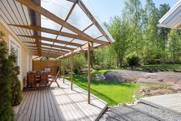 Iso, katettu terassi on tehty 2013/ Den stora, täckta terassen är byggt  2013.
