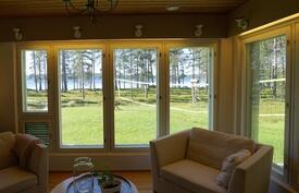 Isot ikkunat joista näkee kauniille ranta-alueelle