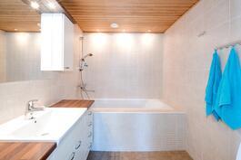 Yläkerran wc kylpyammeella