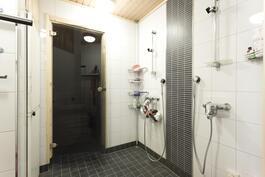 Kylpyhuoneeessa 2 suihkua