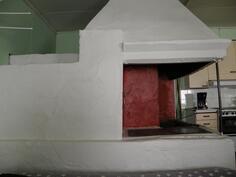 vanha luonnokivistä muurattu leivinuuni ja puuliesi on kunnostettu