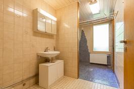 Kylpuhuoneessa myös pesukoneliitäntä