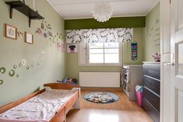 Pienemmässäkin huoneessa vaatekaapit/ Även i detta mindre rum finns det skåp.