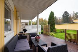 Asunnolla iso, osittain katettu terassi ja piha/ Lägenheten har en stor, delvis täckt terrass