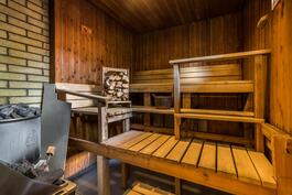 Saunassa sekä sähkö- että puulämmitteinen kiuas