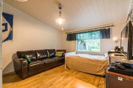 Viides makuuhuone (uudella puolella)