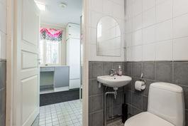 kodinhoitohuoneen yhteydessä on kylpyhuone/wc ja sauna