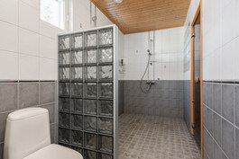 kylpyhuoneen yhteydessä on talon 3. wc-istuin