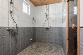 kylpyhuoneessa on 2 suihkua