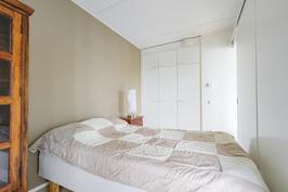 makuuhuone jonka ikkunat lounaan suuntaan