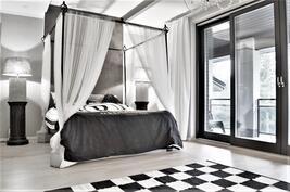 Makuuhuone, josta käynti parvekkeelle