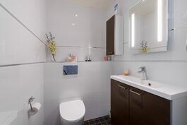 Toinen erillis wc kylpyhuoneen vieressä