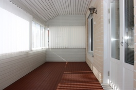 Katettu ja lasitettu terassihuone