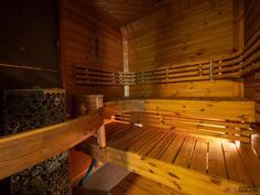 Puusepän muotoilemat lauteet, näyttävä sauna