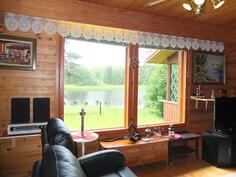 Olohuoeen ikkunoista avautuu kaunis näkymä vesistöön ja takapihalle