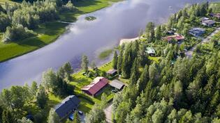 Talo rantasaunoineen sijaitseen Suolahdenjärven rannalla