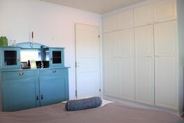 Yläkerran suuremman makuuhuoneen kaapistoja