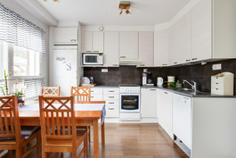 Vaalea toimiva keittiö