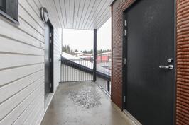 Luhtitalon käytävä ja vasemmalla sisäänkäynti asuntoon ja oikealla lämmin varasto